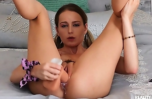 Solo hottie cums from sticking dildo into muddy twat